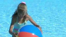 Kind dat in pool zwemt stock video