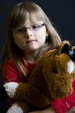 Kind dat snoezig stuk speelgoed houdt Stock Foto's