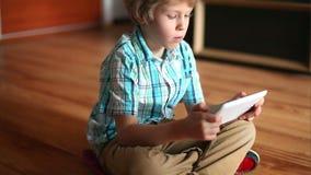 Kind dat tabletPC met behulp van Tienerjongen die aanrakingsstootkussen gebruiken