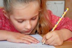 Kind dat thuiswerk doet Stock Afbeeldingen