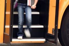 Kind dat van van Bus krijgt Stock Foto
