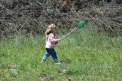 Kind dat vlinders vangt Stock Afbeeldingen