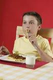Kind dat voedsel eet royalty-vrije stock foto