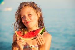 Kind dat Watermeloen eet stock afbeeldingen