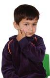 Kind dat zijn gezicht jeukt royalty-vrije stock afbeelding