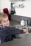 Kind dat zijn handen wast Royalty-vrije Stock Foto's