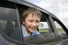 Kind in de auto stock afbeelding