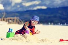 Kind de bouwzandkasteel op het strand Royalty-vrije Stock Afbeeldingen