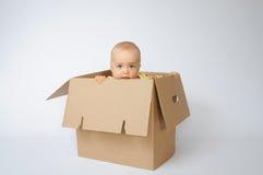 Kind in de doos Stock Afbeeldingen