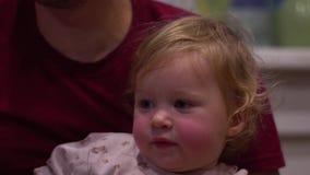 Kind in de handen van de paus stock video