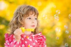Kind in de herfst Stock Afbeeldingen