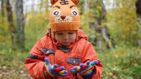 Kind in de herfstpark die pret het spelen, Gangen in de verse lucht hebben Autumn Landscape Een mooie toneelplaats stock videobeelden