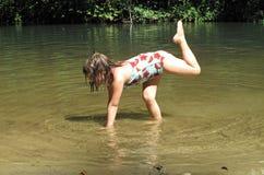 Kind in de Rivier Stock Foto's