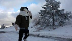 Kind in de sneeuw stock foto's