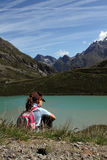 Kind in den Alpen wandernd, nähern Sie sich See Lizenzfreie Stockbilder
