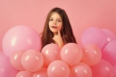 Kind in den Ballonen, Geburtstag stockfotografie