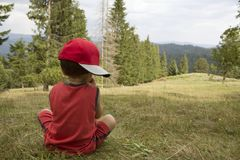 Kind in den Bergen Rückseitige Ansicht Stockbild