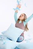 Kind in den blauen Kissen Stockbild