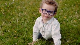 Kind in den Gläsern stock video footage