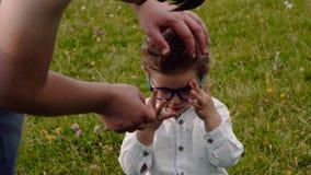 Kind in den Gläsern stock footage