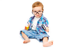 Kind in den Gläsern mit einer Lupe Stockfotos