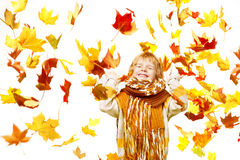 Kind in den Herbstblättern. Ahornholzfall über Weiß Stockfoto