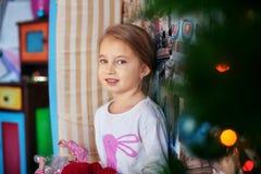 Kind in den Pyjamas Das Konzept von Weihnachten Stockfotos
