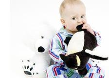 Kind in den Pyjamas mit angefüllten Tieren stockbilder