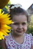 Kind in den Sonnenblumen Stockbild