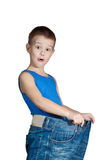 Kind in den zu großen Jeans Stockfotos