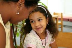 Kind in der Bibliothek Stockfotografie