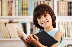 Kind in der Bibliothek Stockbild