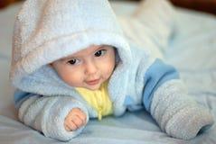Kind in der blauen Abnutzung Stockfotografie