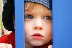 Kind in der blauen Schutzkappe Stockbild