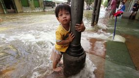 Kind in der Flut stock footage