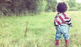 Kind in der freien Natur lizenzfreie stockfotos