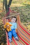 Kind in der Hängematte Stockbilder