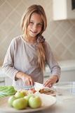Kind in der Küche Stockbild