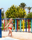Kind in der roten Bikininehmendusche. Stockbilder