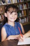 Kind in der Schule-Bibliothek lizenzfreie stockbilder