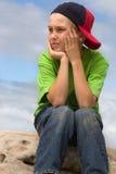 Kind in der Schutzkappe, die seitlich schaut Stockbild
