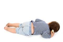 Kind in der striped Weste des Seemanns, die sich hinlegt lizenzfreies stockfoto