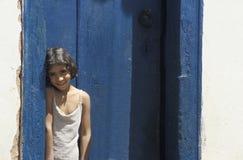 Kind an der Tür ihres Hauses in Tiradentes, Minas Gerais, Braz lizenzfreie stockfotografie