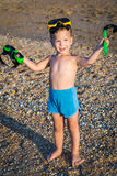 Kind in der Tauchmaske auf dem Strand Stockfotografie