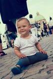 Kind an der verkehrsreichen Straße Stockbilder