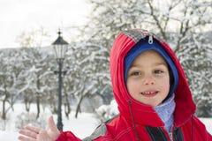 Kind in der Winterurlaubsortskifahrenstange Lizenzfreie Stockfotos