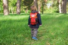 Kind des kleinen Jungen, das in den Park geht Stockfotos