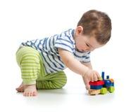Kind des kleinen Jungen, das mit den Blockspielwaren lokalisiert spielt Stockfoto
