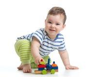 Kind des kleinen Jungen, das mit den Blockspielwaren lokalisiert spielt Lizenzfreies Stockbild