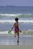 Kind des kleinen Mädchens, das herein zum Meerwasser läuft Lizenzfreies Stockbild